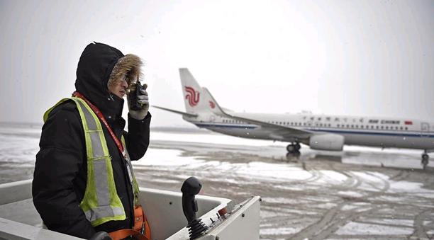 冰雪中的飛機除冰師