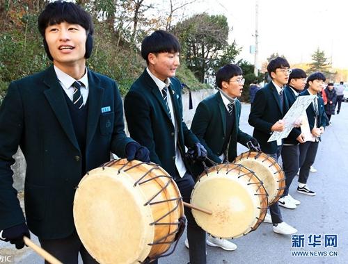 韓國高考嚴冬舉行 後輩敲鑼打鼓跪地磕頭助威