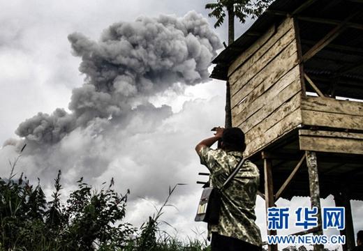 印尼錫納朋火山再次噴發 火山灰滾滾噴射