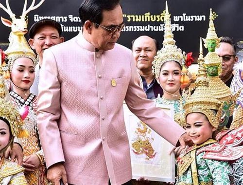 泰國大選將至 總理巴育現身手工藝博覽會與民眾互動