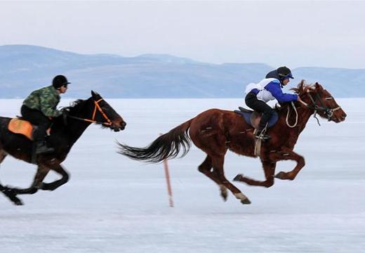 俄羅斯舉辦冰上賽馬比賽 賽手展示高超騎術