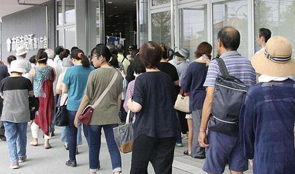 臺風致日本大規模停電 居民排隊領生活物資