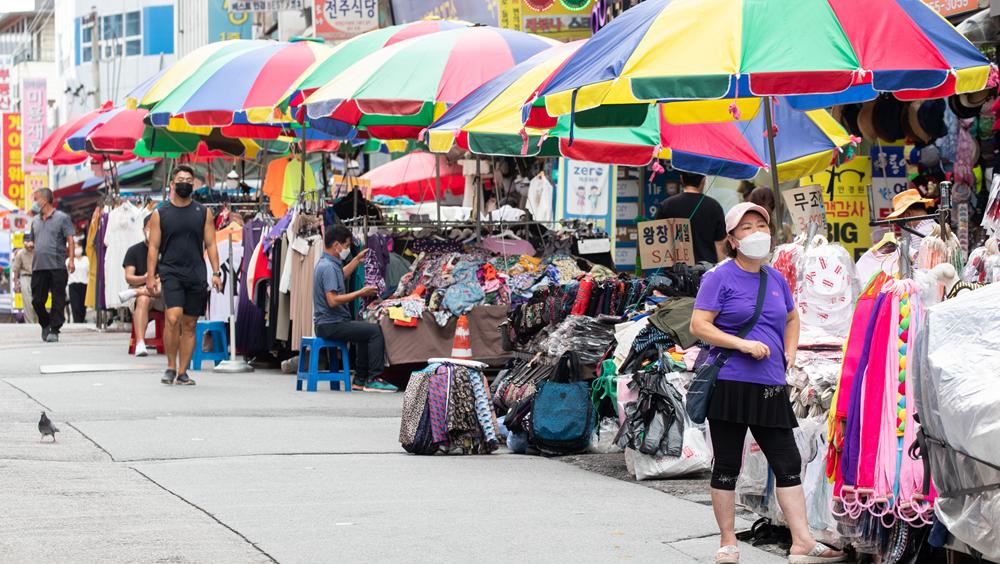 強化防疫措施下的首爾市民