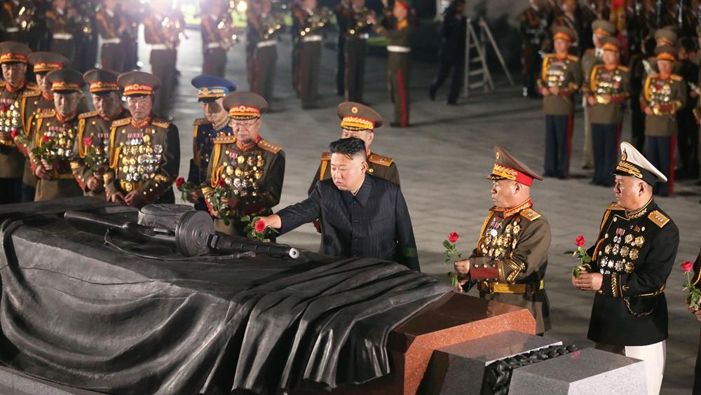 金正恩前往祖國解放戰爭烈士陵園憑吊烈士