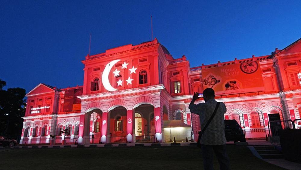 新加坡市區建築亮起紅色投影慶祝國慶