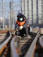 遼寧沈陽:嚴寒中的守護 保障列車安全運行