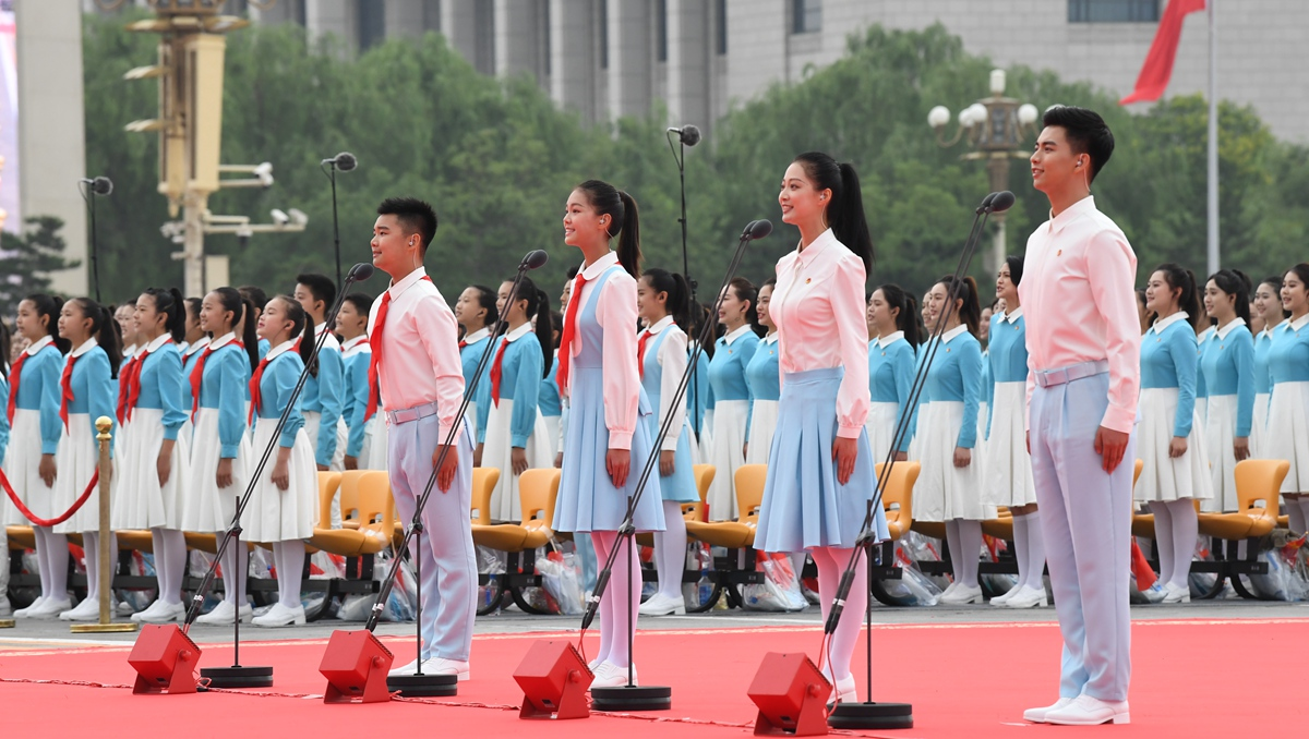 Chinese Communist Youth League members, Young Pioneers salute CPC
