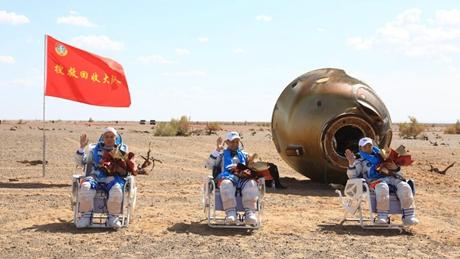 Shenzhou-12 crew returns home