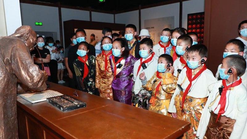 Tibetan students on study tour in Chengdu, Sichuan