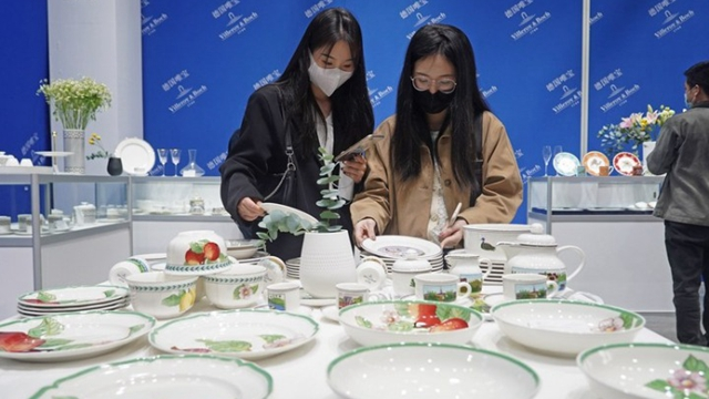 Xinhua Headlines: Foreign potters mould dreams in China's porcelain capital