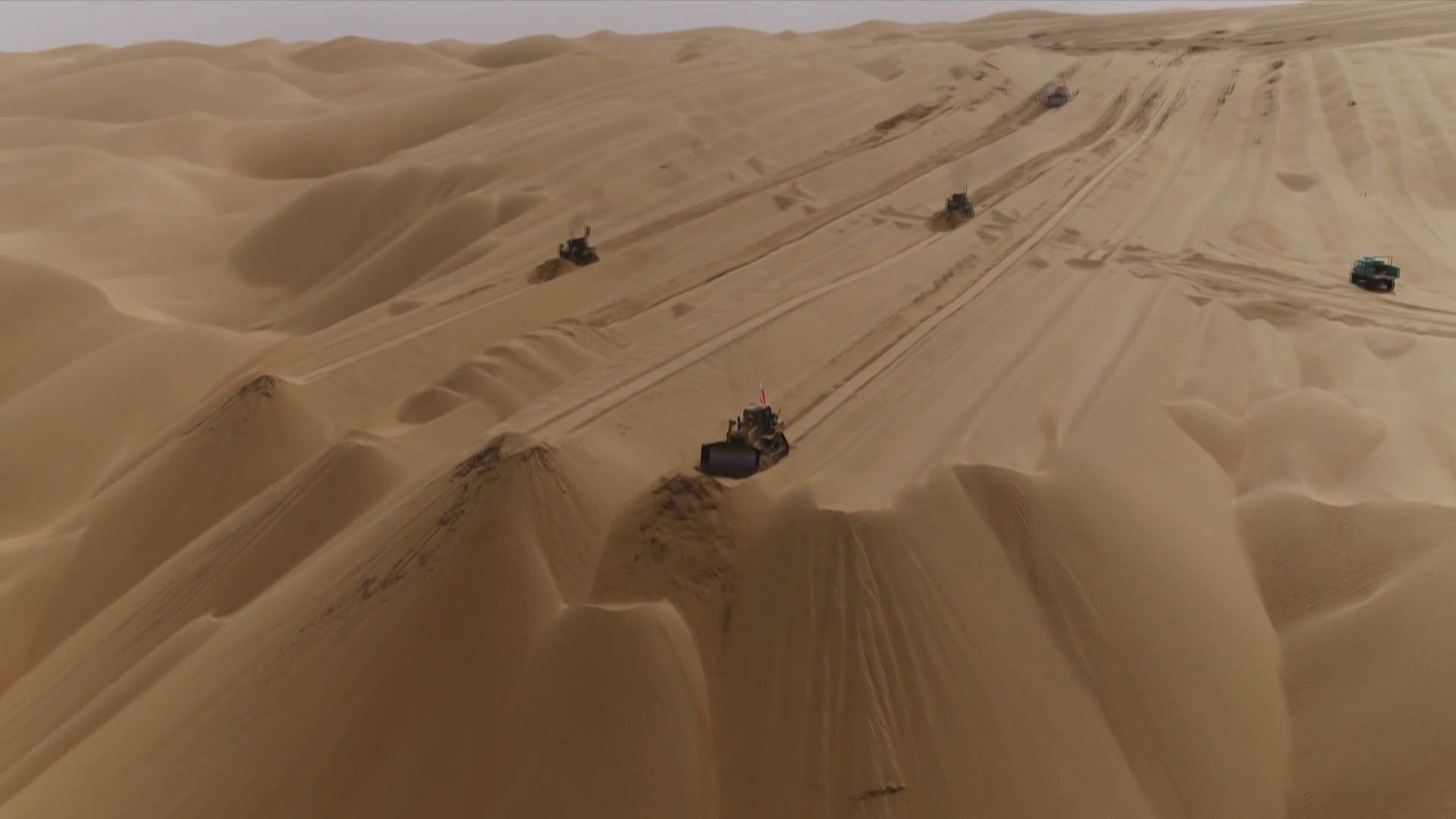 GLOBALink   Third highway across China's largest desert built with environmental protection measures