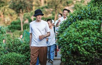 李光潔探訪孤島村醫
