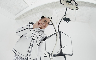 許魏洲黑白涂鴉封面 詮釋次元少年新時尚