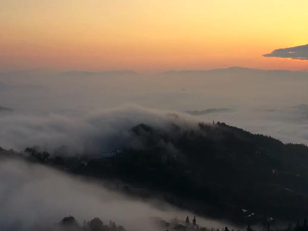 宛如仙境!贵州苗寨在云海中迎来新年第一缕阳光
