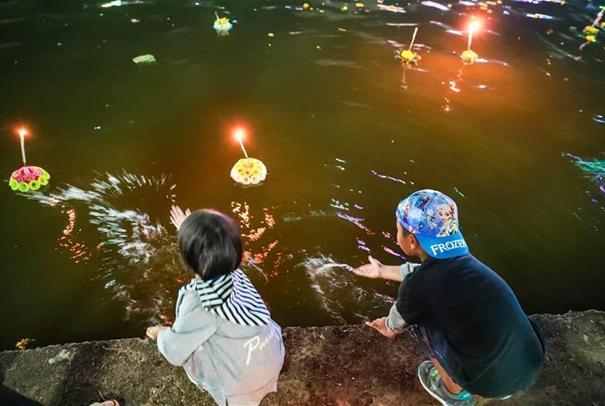 泰國民眾慶祝水燈節