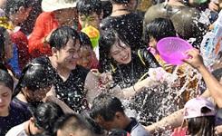 海南保亭:嬉水祈福