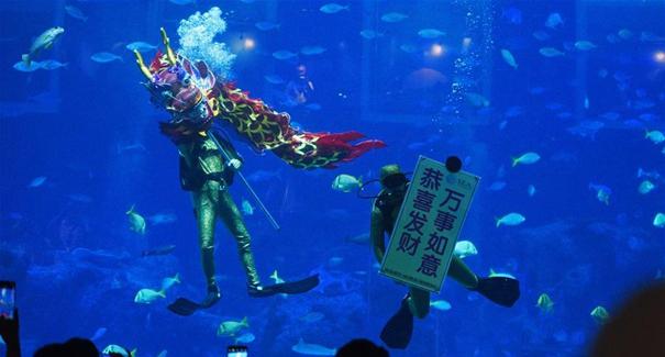 新加坡:水下舞龍慶新年
