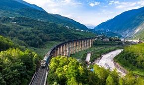 """你好,""""慢火车""""!——探寻深山""""小康""""路上美丽风景线"""