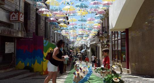 五彩雨傘扮靚葡萄牙小城城市節