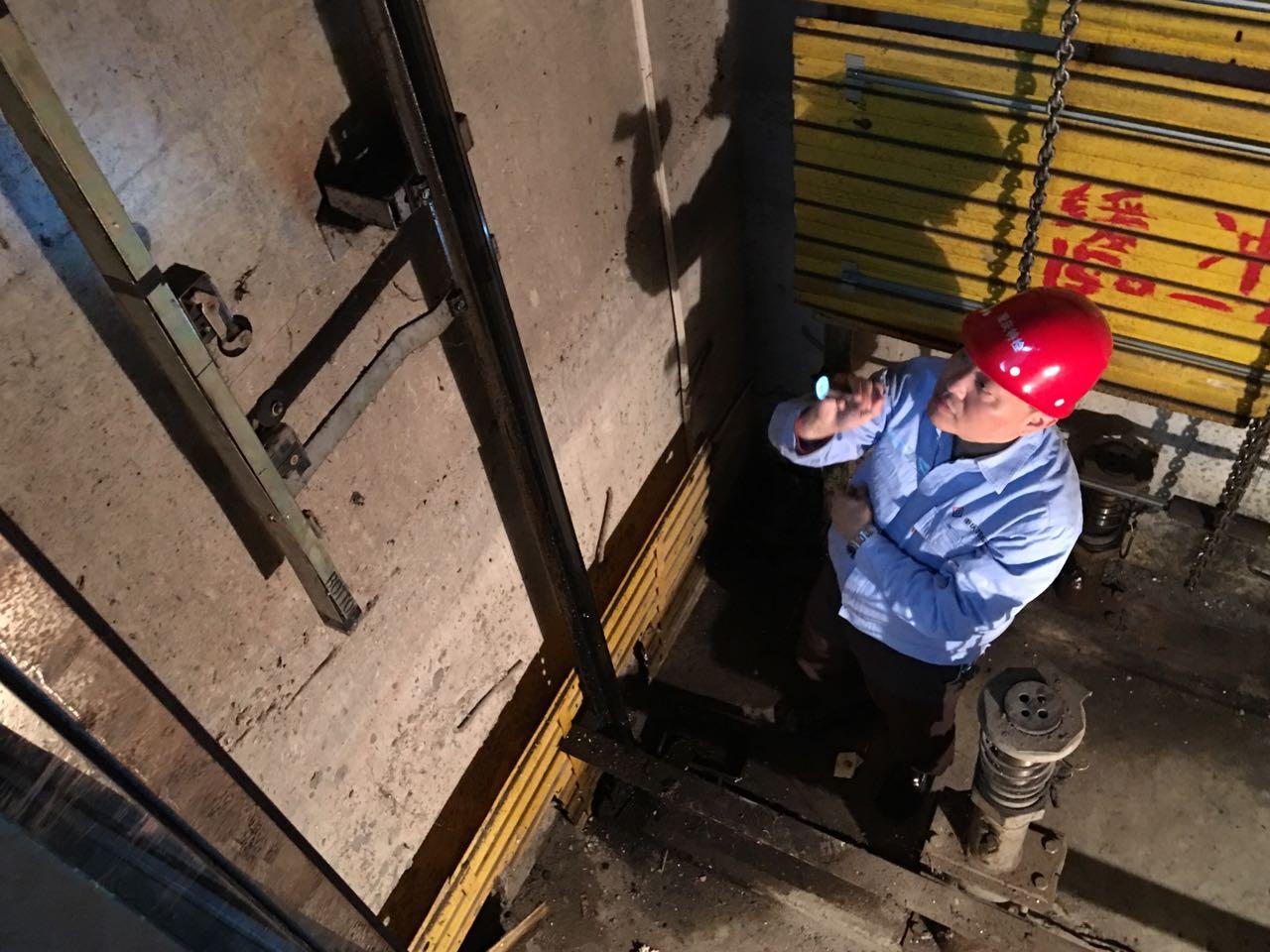 """""""電梯醫生""""聽觸斷症老舊電梯"""