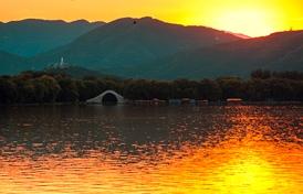 夕陽西下,水天一色