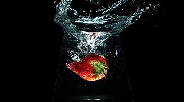 """手機也能拍大片 草莓""""落水""""特效揭秘"""