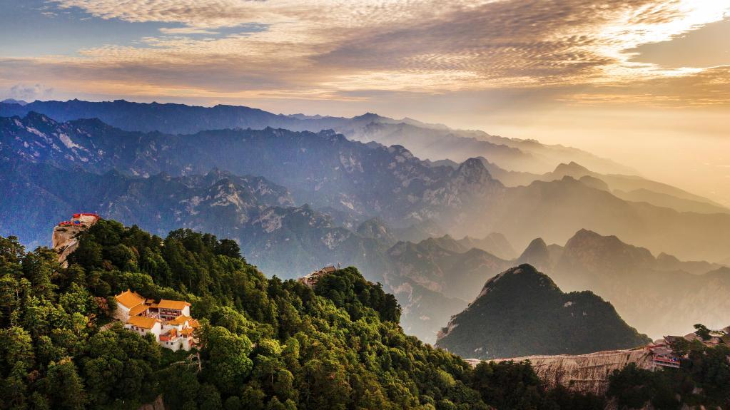 無人機航拍塞罕壩林海晨景 感受大片的視覺效果
