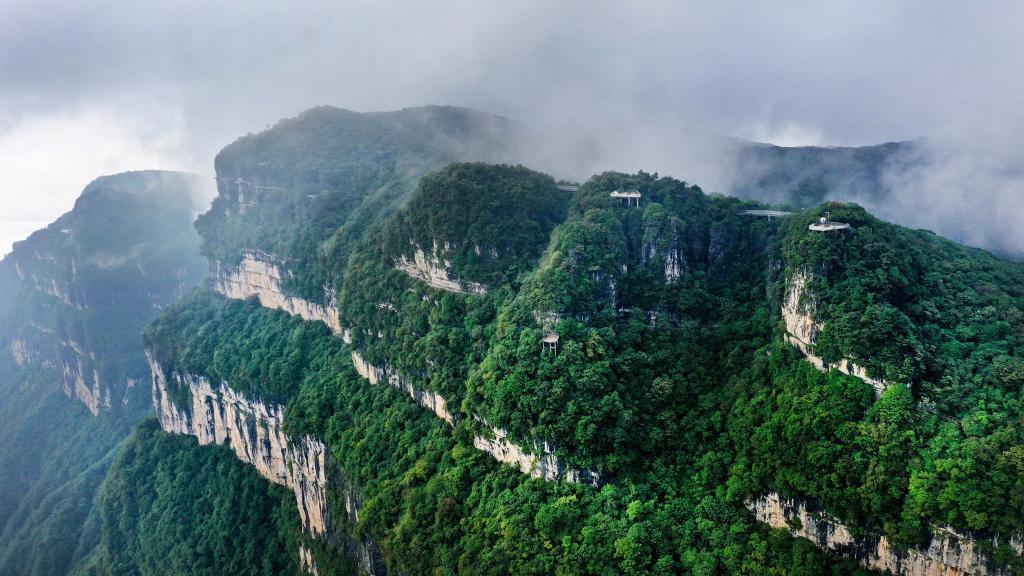無人機俯瞰龍頭山 雲卷雲舒宛如仙境
