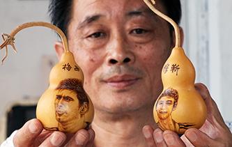 實拍:六旬烙畫藝人癡迷世界杯 將球星肖像制作成葫蘆烙畫