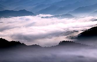 鏡頭下雲霧彌漫山巒間 光影盡顯奇幻之美
