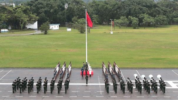 駐港部隊軍營開放 市民冒雨參觀