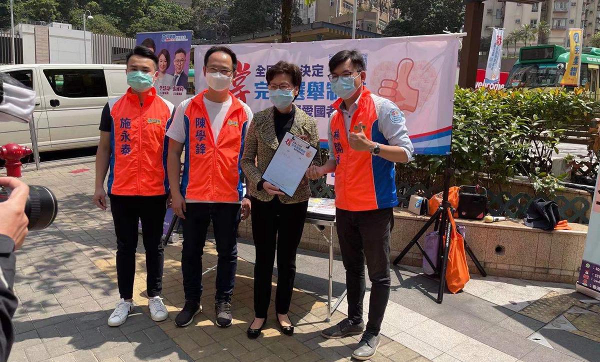 林鄭月娥到街站簽名聯署 支持完善香港選舉制度