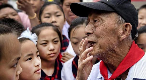 """""""希望老人""""的第100次老區助學之旅"""
