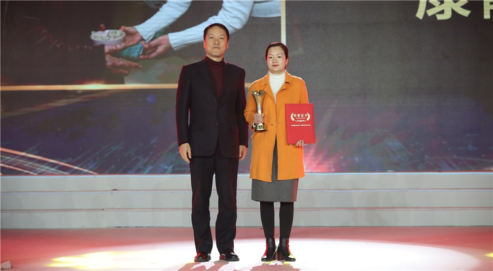 頒獎嘉賓為第一位年度感動人物康靜頒獎