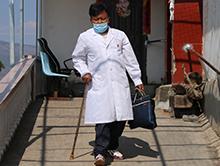"""""""戴假肢出診的山間醫生""""方富光"""