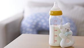 母乳喂養時,寶寶為什麼會吐奶?該怎麼避免呢?