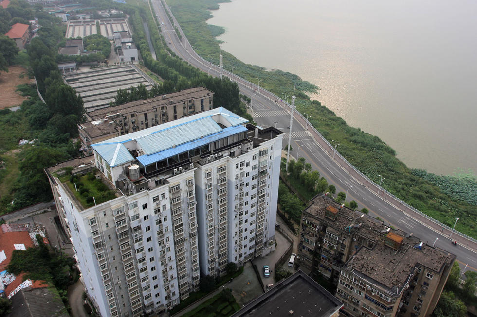 武汉一高楼楼顶违建两层房屋