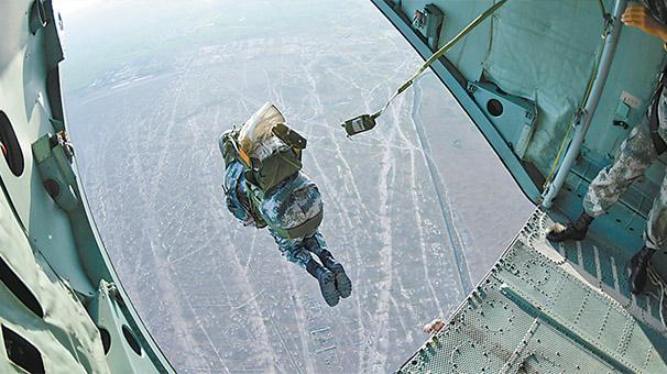 科爾沁草原,特戰隊員實兵實裝高空傘降