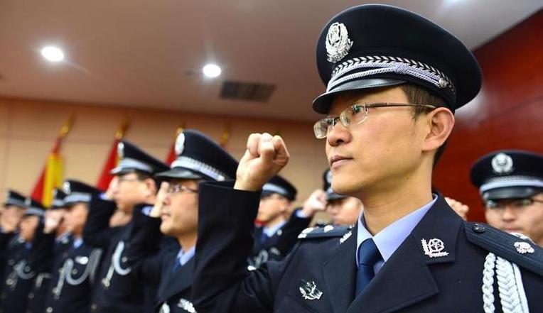 公安邊防、警衛部隊舉行集體換裝和入警宣誓儀式