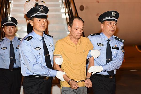 """""""紅通人員""""梁澤寧被新加坡執法部門遣返回中國"""
