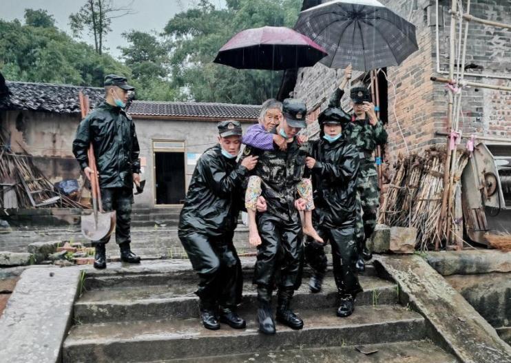 武警部隊全力推進四川瀘縣地震搶險救災