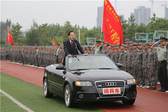 安徽高校院長坐敞篷車閱兵
