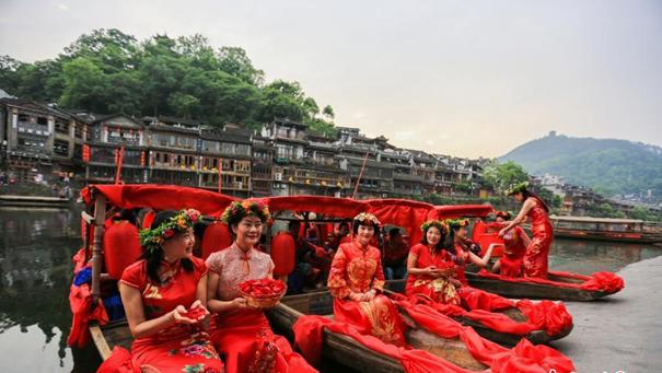 湖南鳳凰古城上演復古水上婚禮
