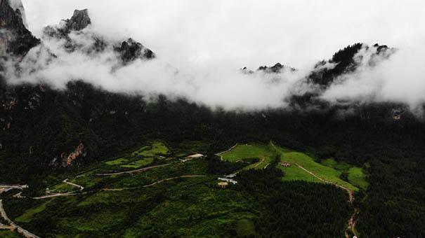 甘肅藏地扎尕那雲霧繚繞似仙境