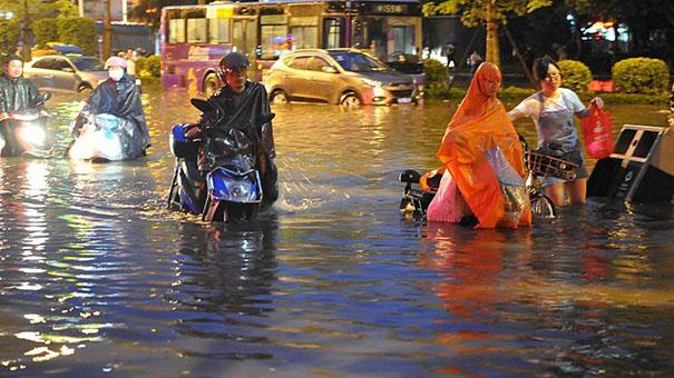 暴雨襲擊福州 路面積水嚴重