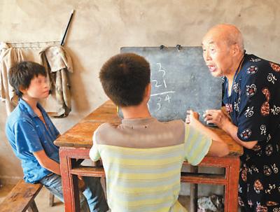 80歲老人連續4年為殘疾兄妹送教