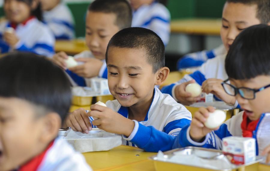 """河北霸州:6萬農村小學生吃上""""暖心課間餐"""""""
