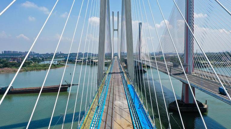 廣州南沙港鐵路跨西江特大斜拉橋完成左線鋪軌