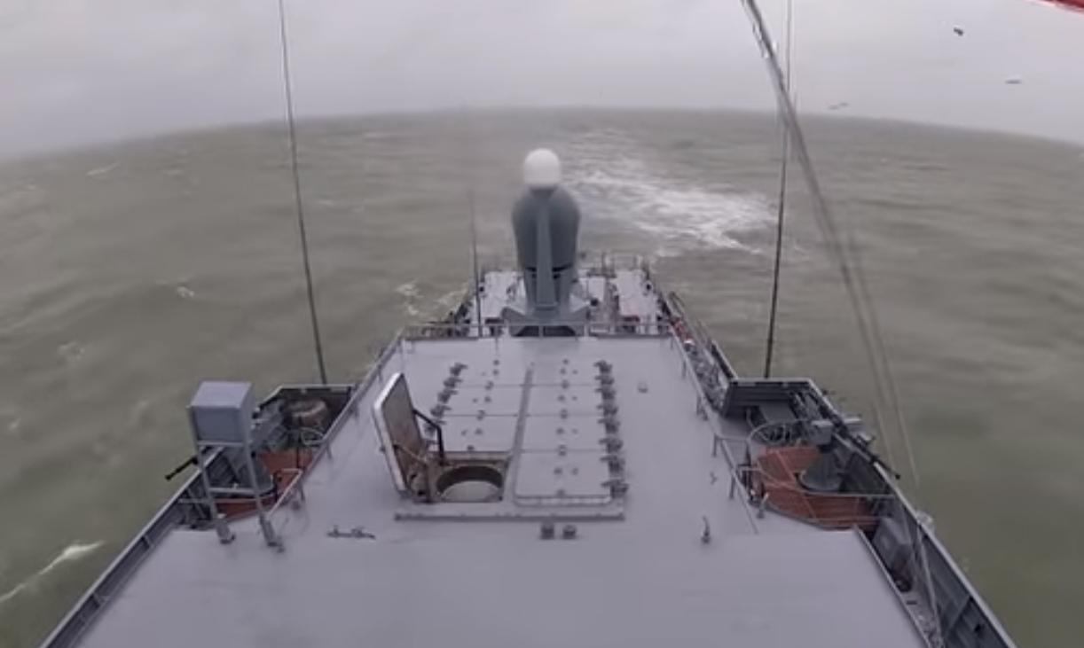 """俄军里海舰队导弹舰向沿海目标发射""""口径""""导弹"""