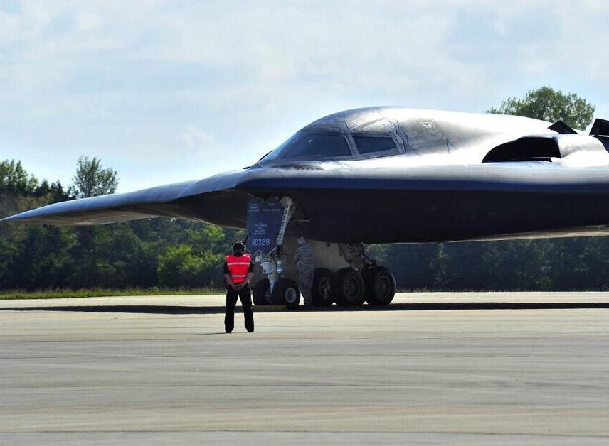 美軍B-52與B-2轟炸機合練